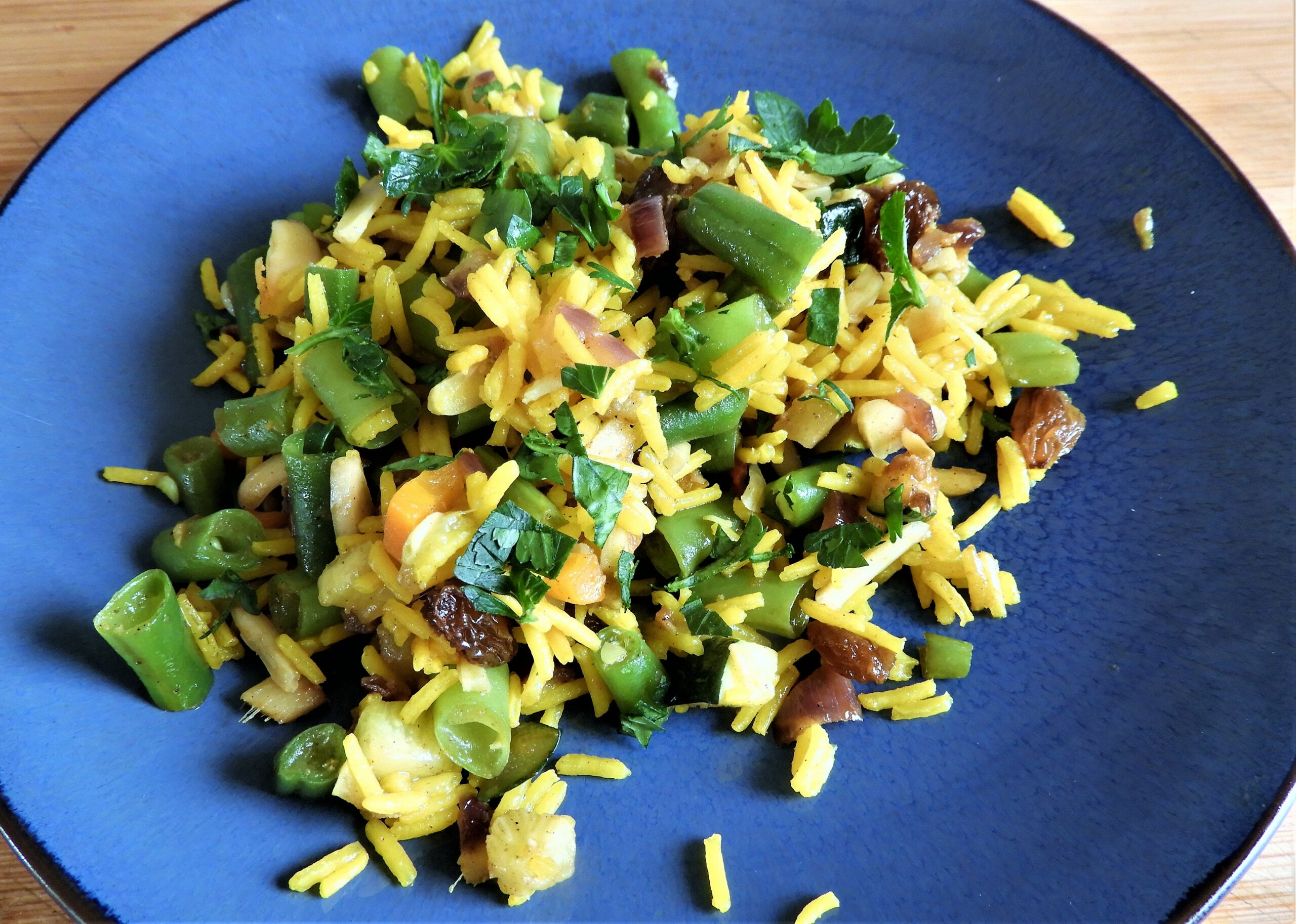 Groente biryani met boontjes en courgette.